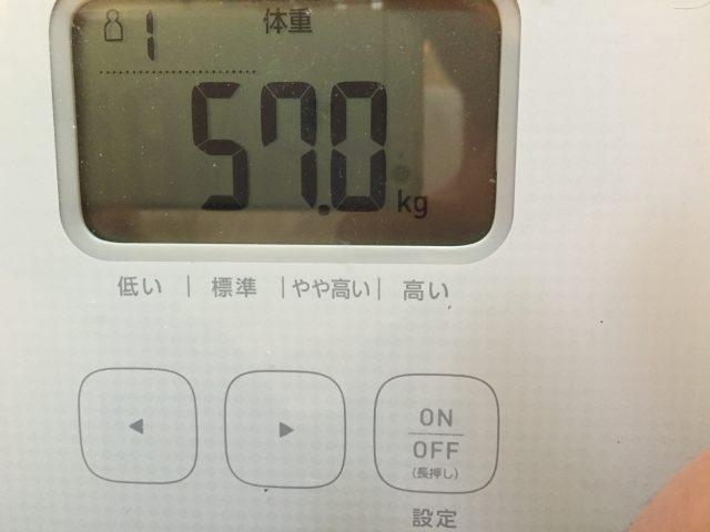 57キロを表示する体重計