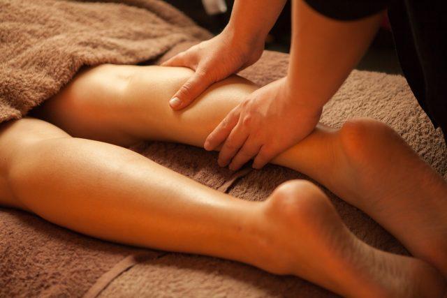 オイルマッサージを受けている女性の足