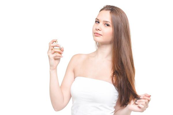 ミスト化粧水を使う女性