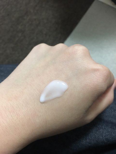 手の甲でのばした美容液