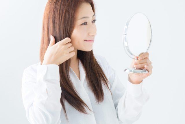 髪の毛をセットしている女性