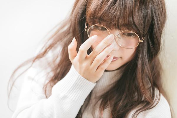 メガネをクイッとあげる女子