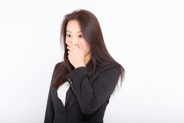 口元を覆う女性