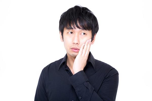 虫歯に悩む男性