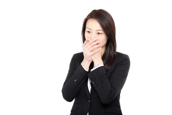 口臭を確かめる女性