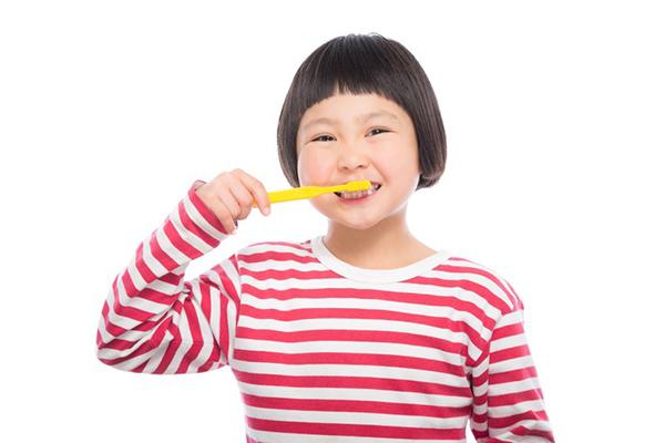 歯磨きする小さい女の子