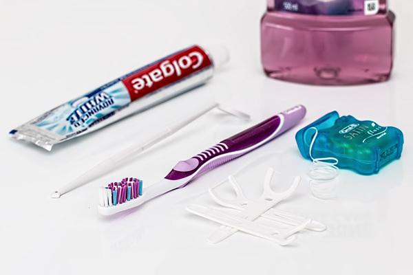 デンタルフロスと歯ブラシ