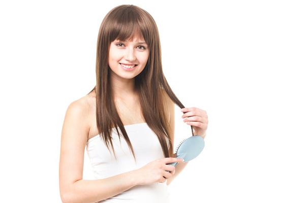 髪の毛をとく女性