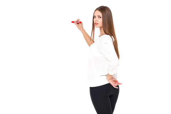 ペンで何かを描く女性