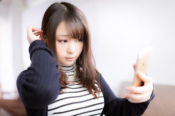 髪の毛を触る女の子