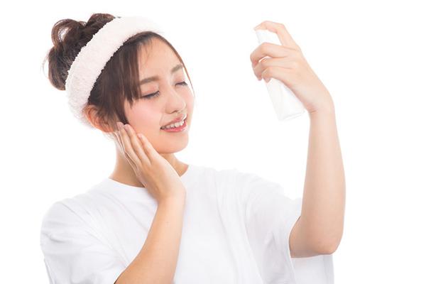 化粧水を塗る女性