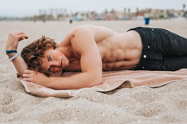 寝そべる筋肉男子
