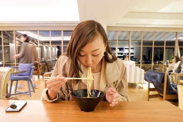 ラーメンを食べている女性